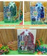 FREE KARTU UCAPAN Kado Anak Paket Lebaran Idul Fitri Sarung Plus Sajadah warna random (3)